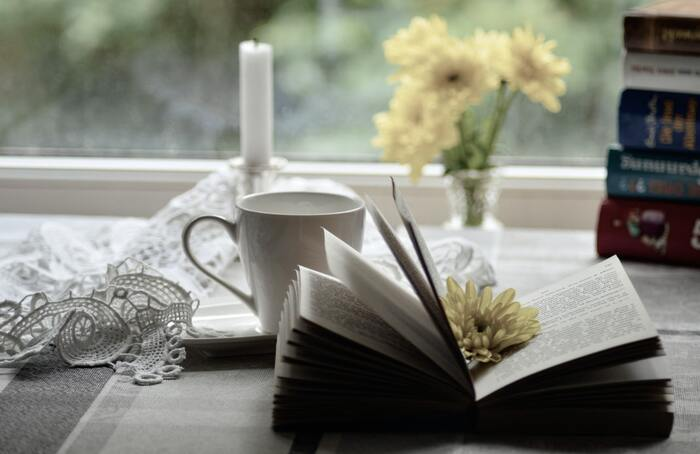 お部屋が整ったらゆったりと「本」の世界に浸ってみては。ストレスフリーに読めるファンタジーやフィクションなどのジャンルがおすすめです。非日常感を楽しめる本なら、心を解き放ってくれることでしょう。