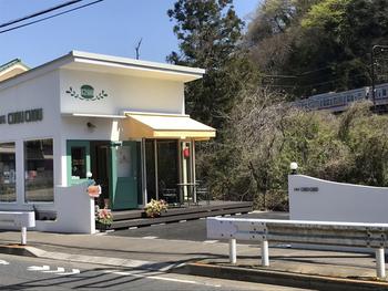2020年にオープンしたばかりの「Cafe chouchou(カフェ シュシュ)」は、高尾山口駅と高尾北口駅からそれぞれ歩いて10分ほどのところにあります。白を基調としたかわいらしい外観が目印ですよ。