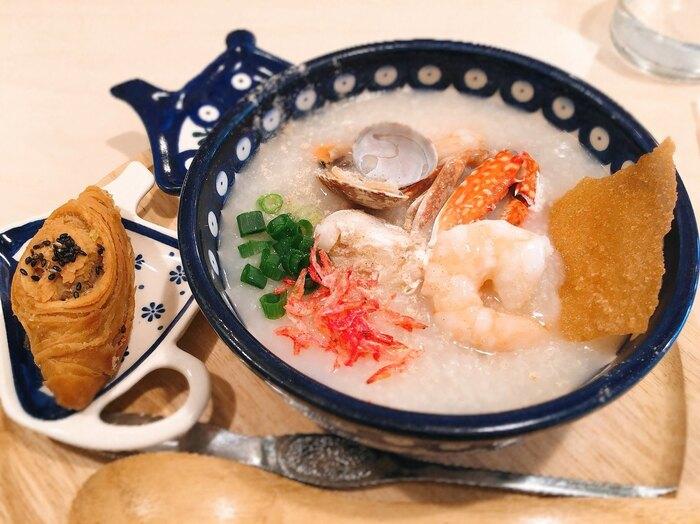 香港料理カフェ「3米3」という不思議な店名はおかゆの「粥」という字が由来なのだそう。おかゆってこんなにバラエティ豊かだったんだ!と目からウロコ&ほっぺが落ちちゃう具だくさんのメニューがいっぱい!ランチはセットメニューにできます。季節限定のおかゆやトッピングを楽しめる他、点心やデザートもあり。全種類のおかゆを制覇しに通いたくなること間違いなしのお店です。
