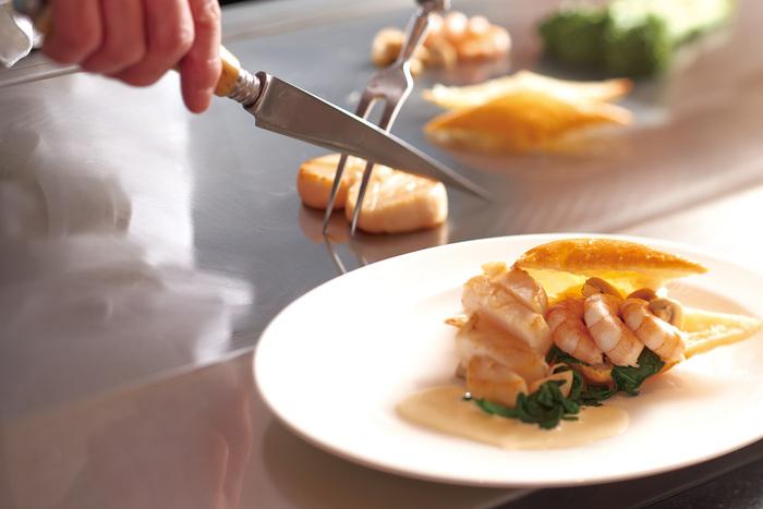 レストランで提供される食事もとってもおしゃれで高級感バツグン。自分へのご褒美やお祝い事にもぴったりのホテルです。