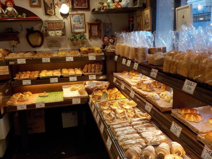 地元の人たちに愛される、素朴なパン屋さん。いつもそこにあって、前を通るとパンを焼くいい香りがふんわり・・・これって最高の幸せ。おいしいパン屋さんのある街っていいですよね♪おなじみのパンたちはどれもお手頃価格。早朝から開いているので、オフィスで朝ごはん派の方も安心です。いつも通って、お気に入りを見つけてくださいね。