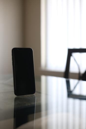 圧倒的な魅力で私たちを虜にするハリウッドスターやセレブたちも、近年ではスマートフォンの利用方法に変化が起きているようです。とあるハリウッドスターは、仕事用とプライベート用2台のスマホを常に所持しているものの、両方ともバッテリーの充電は常に0%の状態にしているとのこと。たくさんの賞賛と、一方的なバッシングにもさらされているスターにとっては、たとえ極端な方法でも情報を遮断する必要があるのでしょう。影響力のある人が情報との付き合い方を発言することにより、ますますデジタルデトックスには注目が集まりそうです。
