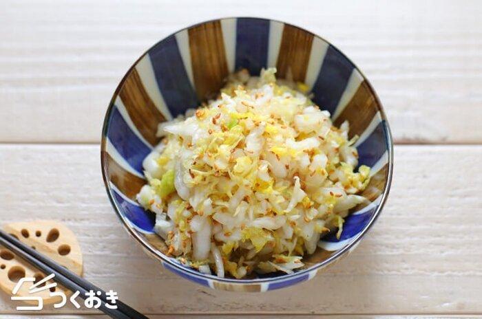 いつもキャベツやレタスのサラダばかりでマンネリ化しがち…という人は、白菜を使ったサラダにチャレンジしてみませんか? 和風だしを使うことで、和食との相性ぴったりのサラダのできあがり。ごまの風味が食欲をそそります。
