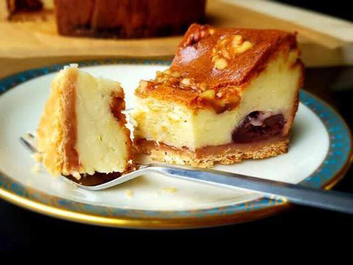 ゴルゴンゾーラをチーズケーキにした濃厚ドルチェ。アメリカンチェリー&ラム酒をアクセントに。クルミの香ばしい歯ごたえも◎