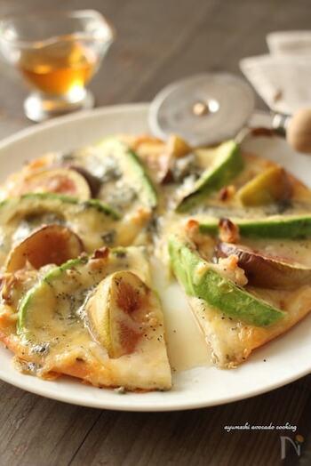 甘い無花果と、熱を入れてとろとろなアボカド、塩気のあるゴルゴンゾーラの3つが混じり合う、満足度の高いピザ。甘さとしょっぱさの絶妙なハーモニーを楽しんで。