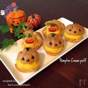 かぼちゃのカスタードクリームを使ったシュークリーム。カスタードクリームは電子レンジで作るので、手軽に作りやすいですよ。チョコペンでジャックオーランタンの顔を描けば、ゲストの「かわいいー!」という声が聞けそう♪