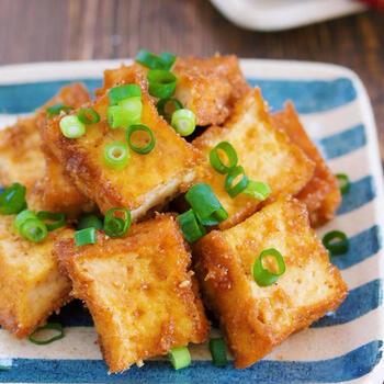 子どもも喜ぶ、甘辛味で箸が止まらない簡単おかず。ごま生姜の風味が食欲をそそり、ご飯にもお酒にも合う一品になります。