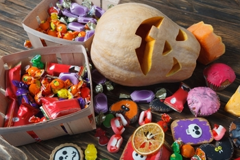 お菓子探しゲームもハロウィンでは人気。大き目の箱やビニールプールの中に、緩衝材や小さく切って丸めた新聞紙をたくさん入れて、その中に個包装されたクッキーやキャンディーなどを隠しましょう。  大きいお子さんなら、目隠しをして手の感覚だけで探すようにすると盛り上がりますよ。