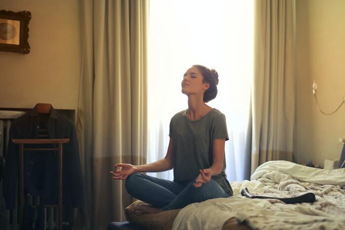 動揺しない心をつくるために、なぜマインドフルネスが必要なのかというと、瞬時に頭を切り替える練習だと思ってください。私たちはどうしても突発的な出来事やマイナスな感情はもちろん大きな喜びの感情にも引っ張られてしまいます。冷静に、自分を俯瞰的に見て、心を落ち着かせる訓練です。