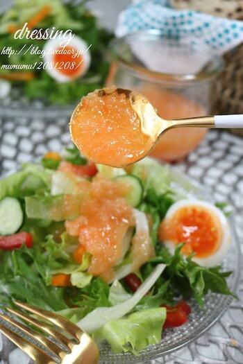 玉ねぎとにんじんのすりおろしを使ったドレッシングレシピ。すりおろして調味料と合わせることで野菜の風味が和らぎ、野菜嫌いのお子さまでも食べられる美味しさ!サラダだけでなく、チキンや冷しゃぶのソースにしても◎