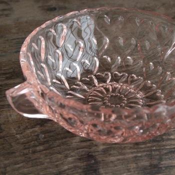 ピンクのガラスにハート模様というなんともいえないガーリーな雰囲気のカップです。  つまんで持ち上げるタイプの持ち手も昭和レトロな趣を感じさせるもの。テーブルに落ちる影までもハートになっていて、乙女心に火がついてしまいそう。  こちらもデッドストック品になります。