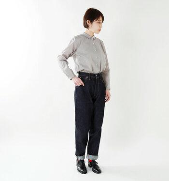 ハイウエストパンツとシャツの組み合わせは、メンズライクコーデにぴったり◎テーパードスタイルのパンツを選ぶと、スッキリ見えて女性らしい雰囲気に。小物は赤い靴下を差し色に。