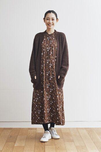 秋冬に大活躍してくれるロングニットカーディガンは、サラリと羽織るだけでコーデがきまる万能アイテム。ワンピースに重ねれば女性らしい印象に、デニムに重ねればカジュアルでラフな印象に見せることができますよ♪