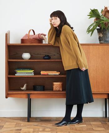 トレーナー感覚で気軽に着ることができるこちらのニット。マスタードは、一枚あると秋冬モードが高まるカラー。シンプルな黒のスカートに合わせるだけで、こなれた雰囲気を作り出せます。