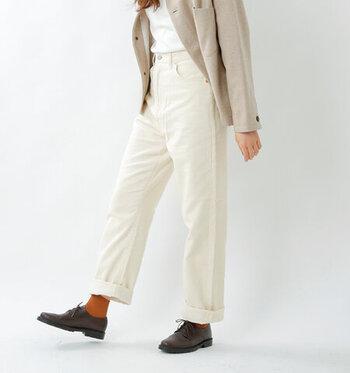 ゆったり余裕を持たせて履くために大きいサイズのハイウエストパンツを選んだ場合、裾が余ってしまうことも。そんな時は、普段のパンツスタイル同様、裾をロールアップしましょう。足首を出すとスッキリおしゃれに見えるというメリットもあります。秋冬はカラーの靴下をチラ見せしてもかわいい◎