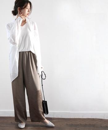 とろみのあるパンツに、オーバーサイズの白シャツを。髪はさっと後ろでまとめれば、リモートスタイルの完成です。終わったらシャツを脱ぐだけでリラックスコーデに。