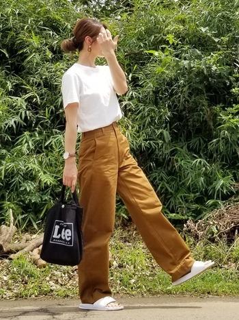 Tシャツ1枚のシンプルなコーデも、ハイウエストパンツを合わせタックインすれば、あっという間にスタイルアップ♪そのまま着るよりも、こなれた印象にまとまります。