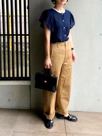 ブラウスを合わせてキレイにまとめてもいいですね。大人の女性にぴったりの組み合わせです。ほんのりレトロな雰囲気漂うコーデ。靴やバッグ、時計など、ブラックのアイテムが引き締めアクセントに。