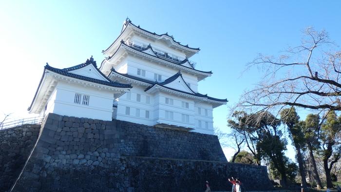 市内のあちこちから見える天守閣は、小田原市のシンボル。江戸時代に造られた雛型や引き図と呼ばれる設計図を元に、昭和35年(1960年)に江戸時代の姿として外観が復元されました。