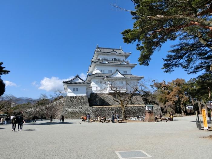 """戦国時代に北条氏の本拠地とされていた「小田原城」。上杉謙信や武田信玄といった名だたる武将も陥落させることができなかった""""難攻不落""""のお城として知られています。関東大震災によって江戸時代の姿が失われてしまいましたが、何度かの修復を経て、平成21年(2009年)に現在の姿に生まれ変わりました。"""