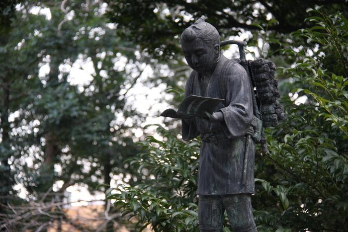境内にある「二宮金次郎」の像は、昭和3年(1928年)に昭和天皇即位御大礼記念として寄進されたもの。当時、全国の小学校に同じ像が1,000体贈られましたが、現存しているのはこの一体だけなんです。  誰もが一度は耳にしたことがある二宮金次郎の姿を見ていると、背筋がしゃんとしそうです。