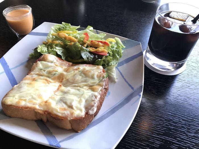 アツアツのトーストは、三軒茶屋のOBSCURA COFFEE ROASTERSから仕入れたスペシャルブレンドコーヒーと一緒にいただきましょう。オーナーは陶芸家としても活躍されていて、こだわりのカップやお皿でより楽しいカフェタイムを満喫できますよ。
