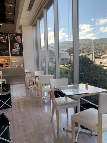 「汐風のカフェ」は、箱根登山鉄道の風祭駅からすぐの「鈴廣かまぼこ かまぼこの里」に併設しているので、お土産を買うついでに立ち寄ってみませんか?