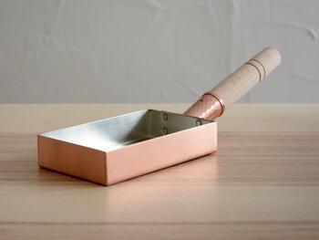 特にこだわりなくテフロン加工や鉄製の四角い卵焼き器を使っていませんか。高い温度で手早く作っていく卵焼き。実は銅製の卵焼き器が向いているんです。鉄製だと熱くなるまで時間がかかりますが、銅製だとすぐに熱せられるため、ふわふわのまますぐに巻いていくことが出来るんですよ。一度手に取ってみてはいかがでしょう。