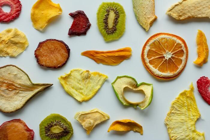 ドライフルーツは水分が少なく噛みごたえがありますので、脳内の満腹中枢が刺激され食べ過ぎ防止になります。また、水溶性食物繊維が多く含まれているので、腹持ちが良くなるというメリットがあります。ダイエット中のおやつにぴったりと言えますね。また、乾燥させてあることで日持ちもするので、保存食としてもおすすめ。