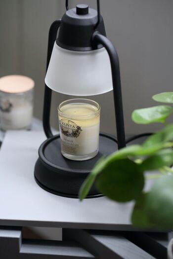 心地よい空間をつくるなら香りにもこだわってみては。お好みの香りでお部屋を満たせば、よりリラックスできるはずです。  お好きな香りを選ぶのが1番ですが、秋を意識したリラックス感をもたらす香りもいいかもしれません。 ※体調によって使用しない方が良い香りもあるため、説明書きをしっかり読んだりショップスタッフさんに確認したりしましょう。