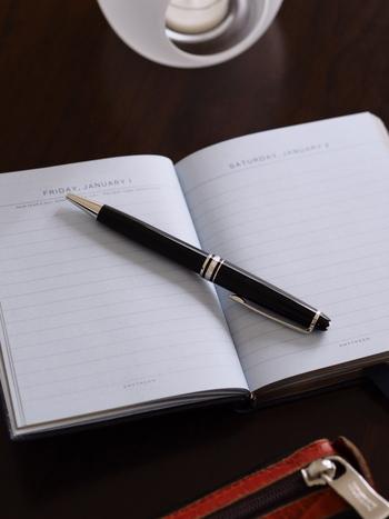 自分の気持ちを素直につづる短めの日記。手書きで丁寧につづる言葉は、自分を理解する助けになります。毎日自由に書くのも良いのですが、自分の変化を感じていきたいなら「よかったこと」「食べたもの」などテーマを決めておくのも良さそう。自分の傾向もわかり、今後の暮らしにポジティブに生かすことができそうですね。