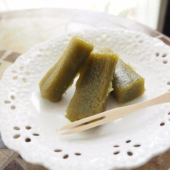 お餅のようなもっちり食感と、やさしい甘さがういろうの特徴。現在は、写真の抹茶のほかに小豆や白砂糖、黒糖など数種類のラインナップがありますよ。