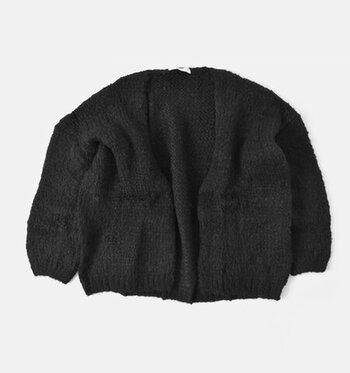 ざっくり編んだ柔らかくボリューミーなローゲージニットのカーディガン。ボタンなしで、ボレロのように羽織れるシンプルなデザインです。