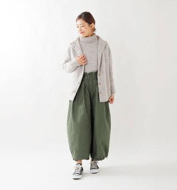 ボタン全開で羽織りものとしても◎。上質な素材にゆったりとしたシルエットで、大人女性のゆとりを感じさせるデザインですね。