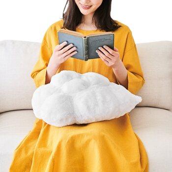 空に浮かぶ雲を再現したリアルなデザインのモチーフクッション。ひつじ雲や雨雲などのバリエーションもあり、それぞれの特徴に合わせて生地を変えるなど細部までこだわって作られているのもポイントです。