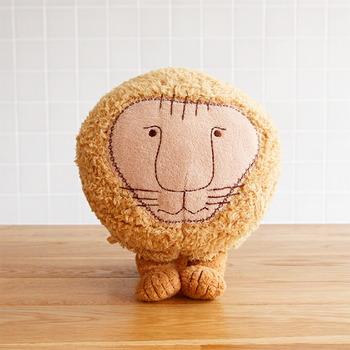 スウェーデンを代表する陶芸デザイナー「LisaLarson(リサラーソン)」の人気キャラクターのライオンが、ふわふわの愛らしい姿に大変身!