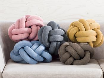 ロープ術とテディベアの脚からインスピレーションを受けて生み出された、ユニークなデザインのモチーフクッションです。伸縮性のある優しい肌触りで、編み目の隙間から腕を通すと気持ちいい♪色違いでいくつか一緒に飾ってもおしゃれですね。