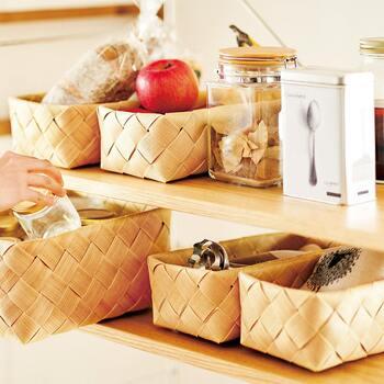常温で保存できるフルーツや乾物、テーブルの小物などは、バスケットを複数使って整理しましょう。カテゴリ別に分けることでどこに何が入っているか迷わなくなるだけでなく、ナチュラルな統一感が出ておしゃれですね。