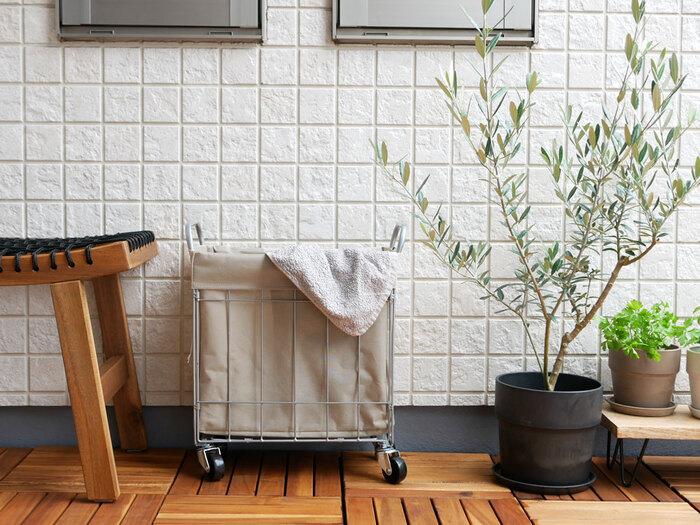 キャスター付きなので移動もしやすく、大容量なのに使わないときは折りたたんでコンパクトに。洗濯物以外にも、キッチンでペットボトル飲料の収納などにもおすすめです。