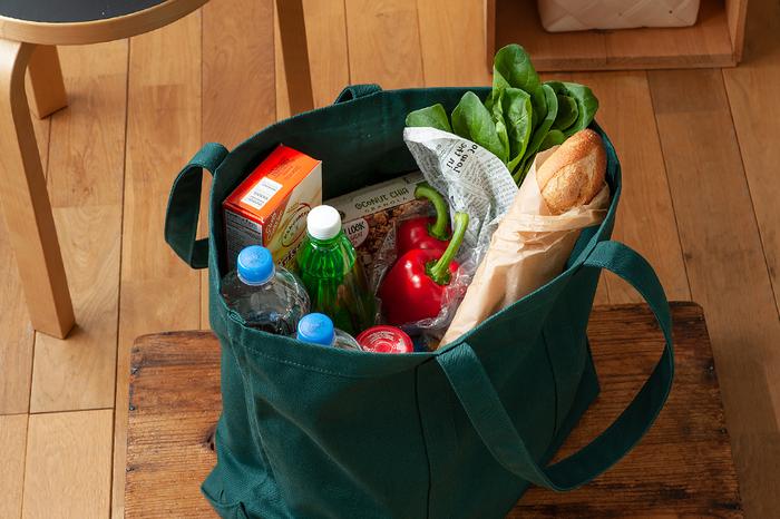 丈夫な取っ手は、肩から掛けても、手に持っても使いやすい長さです。底までしっかり回っているから、重い荷物を入れても大丈夫。中にはポケットなどはないシンプルな作りなです。お買い物バッグにも便利そうですね。