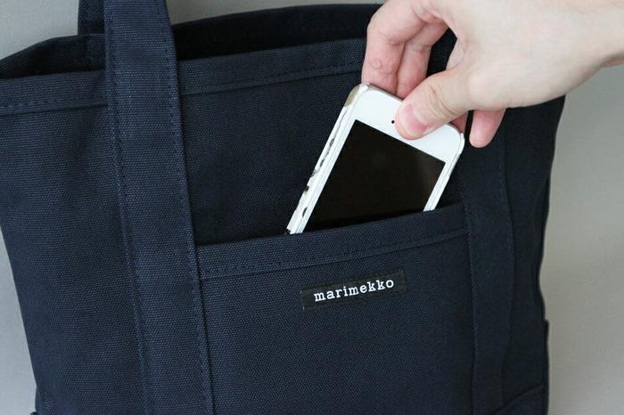 外側のポケットは、スマートフォンや定期券など、取り出すことの多い小物に丁度いい大きさです。内側にはポケットはなく、スッキリとした作りです。ベージュやオリーブグリーンなど、落ち着いた色合いの色違いがあります。