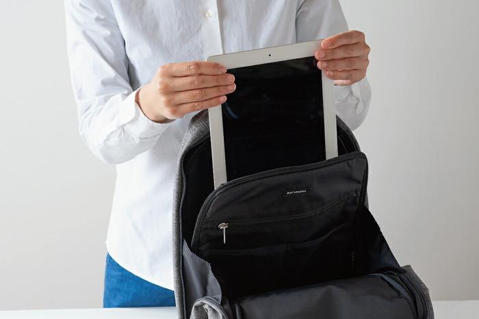 内側にはパソコンを収納する専用ポケットも付いていて、仕事やお出かけ先に安心して持っていけます。大事なアイテムもしっかり守ってくれる配慮はうれしいですね。