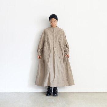 アンティークドレスのような雰囲気のこちらは、ハリ感のあるダンプルーフコットンに日本の伝統的な染色方法をを施したオーバーサイスなワンピース。独特のシャリ感と脇のサイドダーツによってボリューム感を出し、一枚で着るだけで存在感のあるスタイルをもたらします。