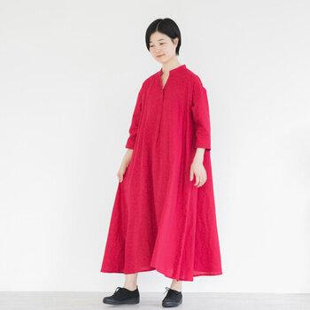 パッと目を引くビビットカラーのピンク。着るだけで色のパワーに元気をもらえそうな一枚ですよね。一見ダボッとして見えますが、裾にかけてフレアラインになっているので、着るととても大人の品の良さを感じさせてくれるワンピースです。