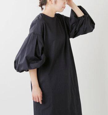 ボリュームたっぷりのお袖が目を引くワンピース。一枚でトレンド感のあるスタイルを楽しめます。裾のラウンドカットもおしゃれですよね!一枚ではもちろん、レギンスやパンツと合わせてカジュアルに着こなしても◎です。