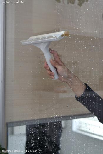 浴室か出るタイミングで全体に冷たい水をかけておくとカビ予防になります。また、壁についた石鹸汚れなどを流すこともできますよ。水をかけたらスキージーで水切りしておくと水垢が残りません。