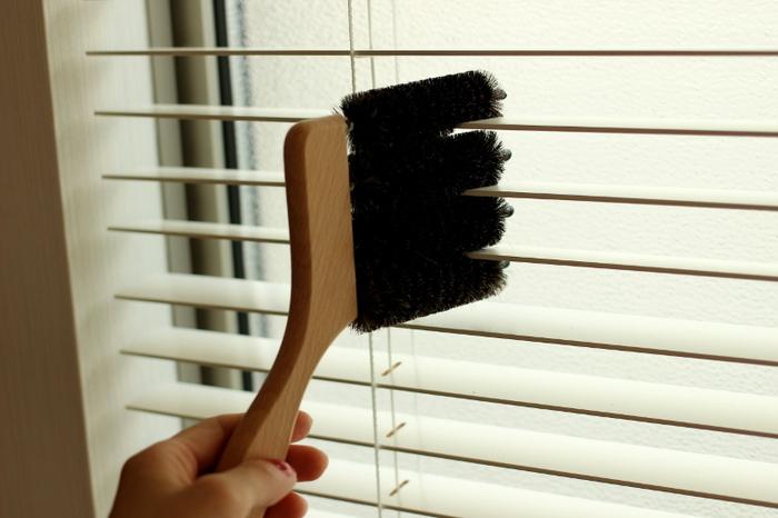 朝起きたら、ブラインドのスラットを動かして日光を取り入れるお家もありますよね。ブラインドを動かすついでに、スラット上のホコリを取ってしまいましょう。こちらのような専用ブラシなら、一気にたくさんの部分を掃除できるので楽チンです。軍手を使って指を差し込んで取る方法も◎