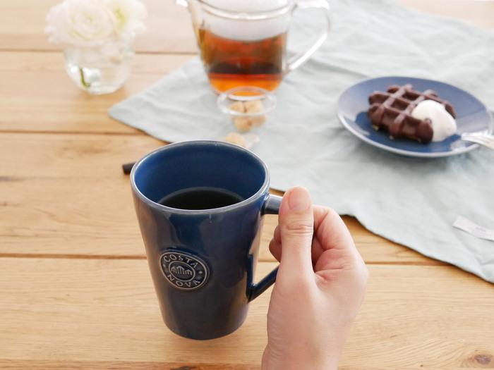 色彩の視点からは、あまり食欲をそそらない色といわれる「ブルー」。ですが、ブルー系のなかでもシックなネイビーならコーヒーの色合いとマッチして使いやすいのでは◎ 白地にネイビーの模様入りなども素敵ですね。コーヒーとの色のコントラストを楽しみたい場合は、内側だけ白くしあげられたカップを選ぶのも良さそう。