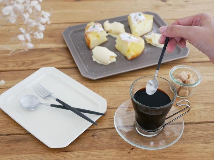 透明感があり、注ぐ飲み物の色をダイレクトに楽しめるのがガラス素材。コーヒーカップにもガラス製のものがあります。耐熱性のあるタイプなら、ホットコーヒーを楽しむのにもぴったり。ミルクの泡でつくるラテアートなどにも映えますよ。