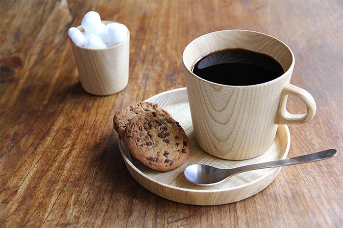 優しい口当たりと肌触りで、ほっこりとした気持ちにさせてくれる木のうつわ。コーヒーカップとしてはめずらしい素材ですが、特別な一杯になりそう。気になるのはお手入れですが、きれいな状態を保つポイントは「飲み終わったらすぐに洗う」ことだそう。着色汚れを残さないよう、ケアしながら使いたいですね。